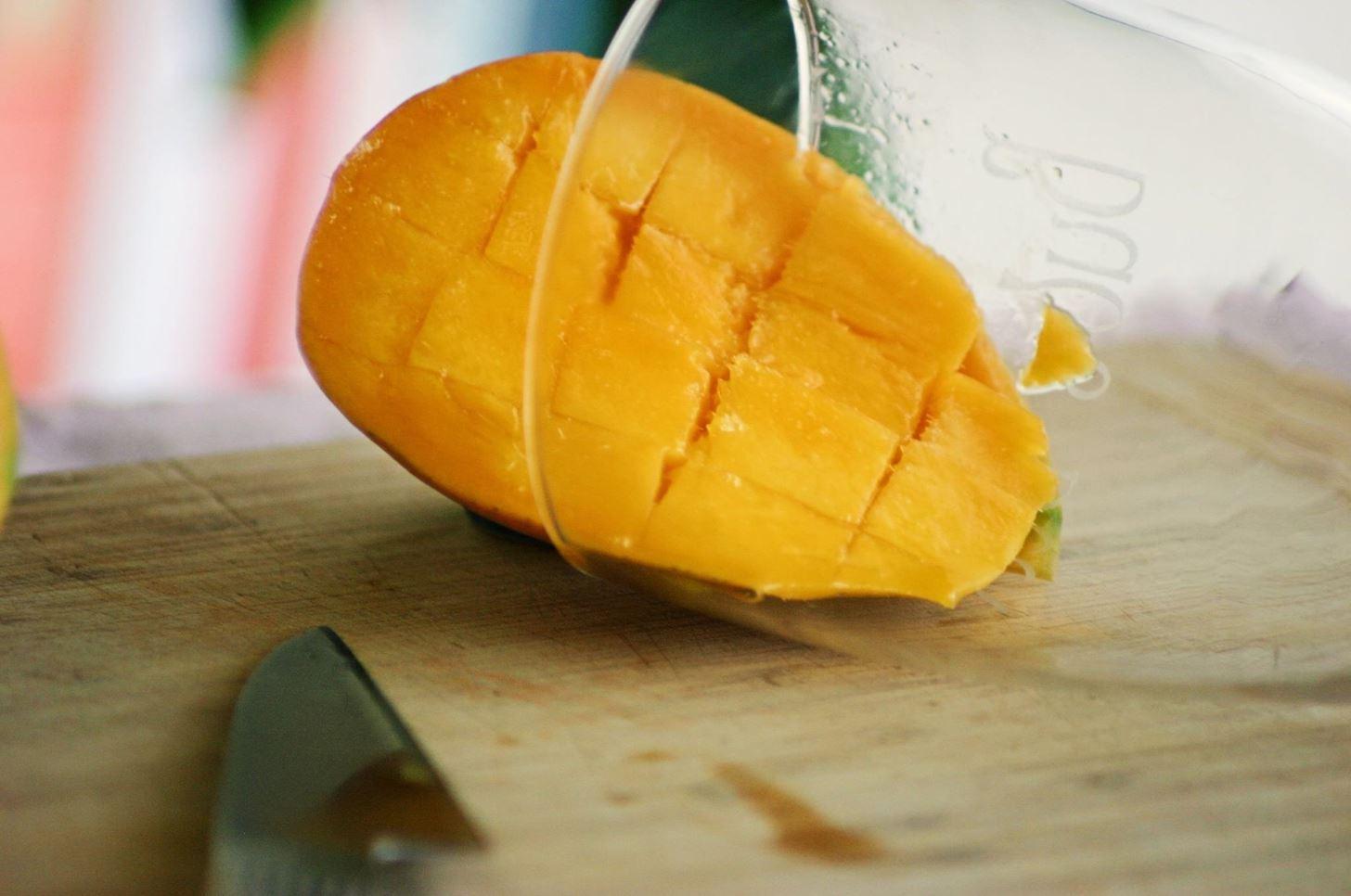 Best way peel mango.w1456