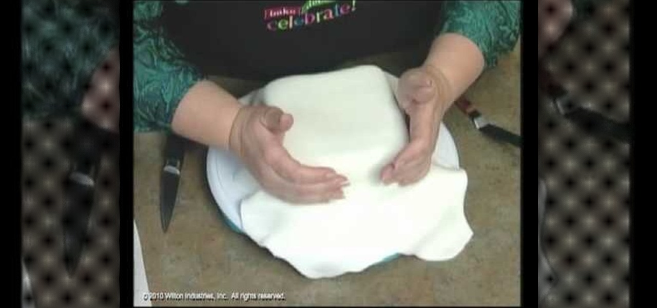 How To Achieve Perfect Corners For Rolled Fondant Square Cakes Cake Decorating Wonderhowto
