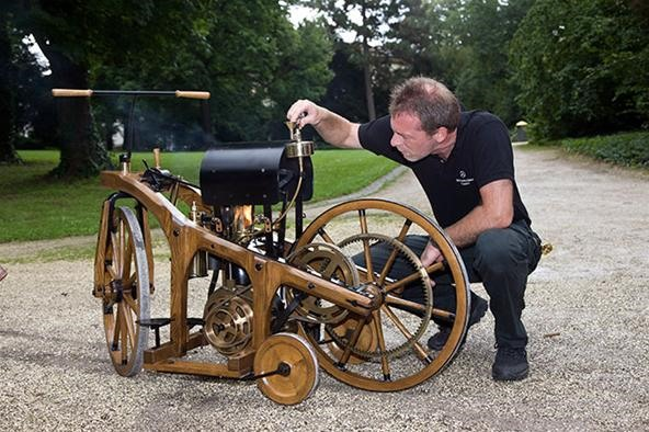 "World's First ""Car"" Looks Like a Bike and Runs on Fire"