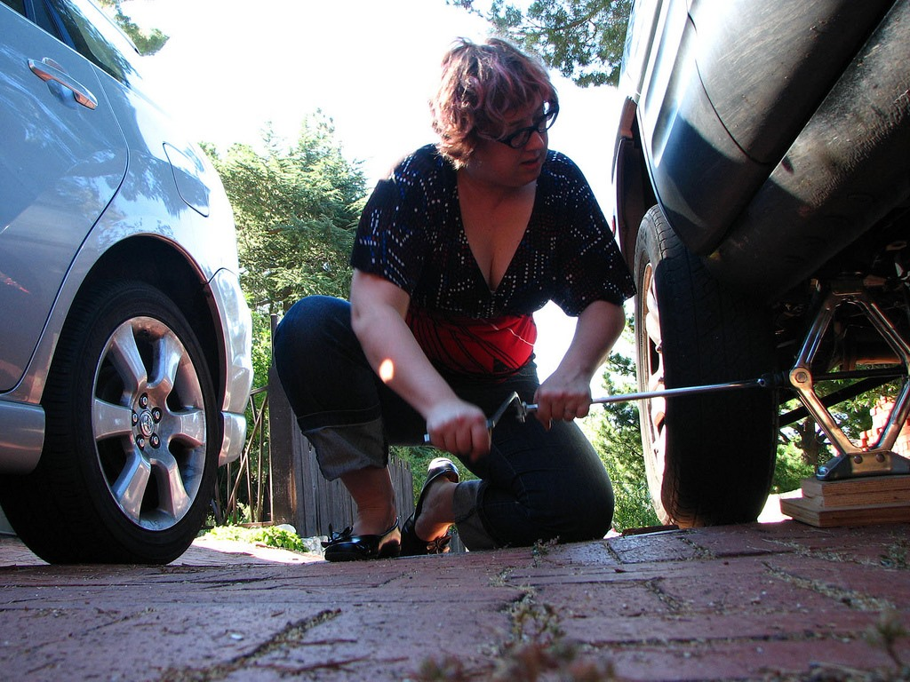 How to Change a Roadside Flat Tire: The Definitive Guide