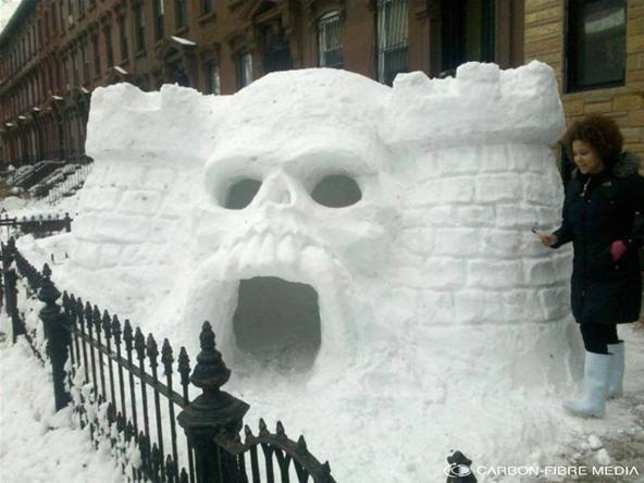 Brooklynites build skull shaped igloo fortress camping - Igloo decoration noel exterieur ...