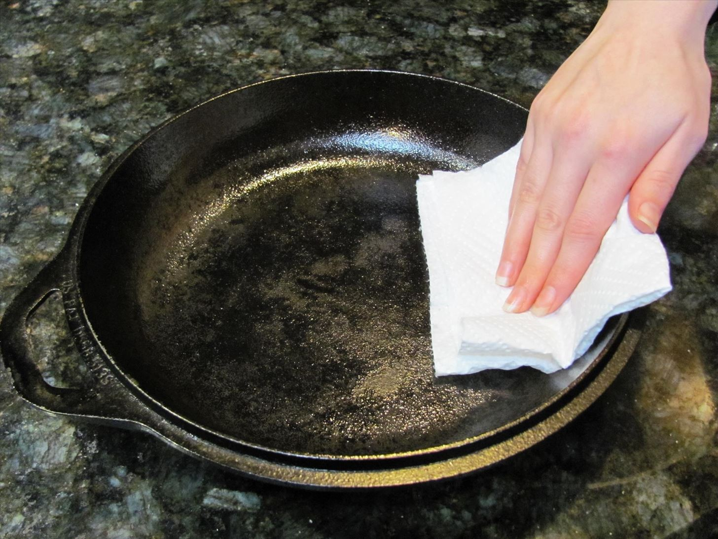 10 key things everyone should know about seasoning cleaning maintaining cast iron pans - Clean burnt grease oven pots pans ...