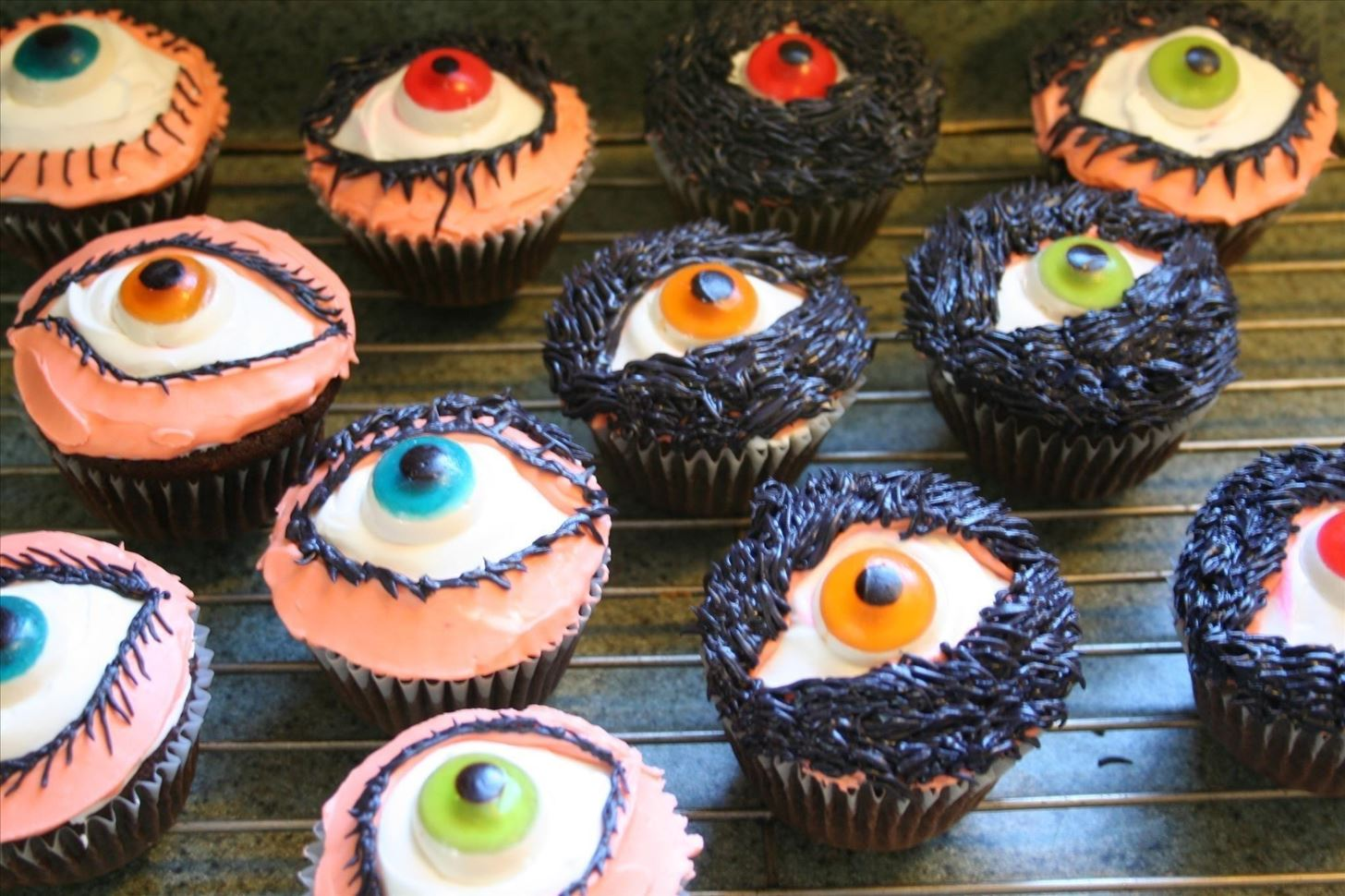 6unnerving eyeball cupcakes