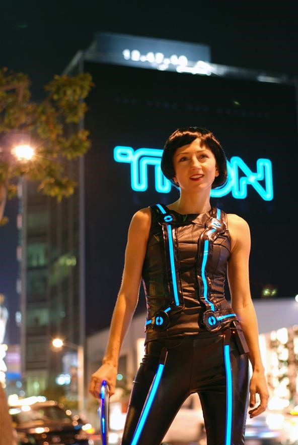 HowTo: Make Your Own Tron Costume With Electroluminescent Wire