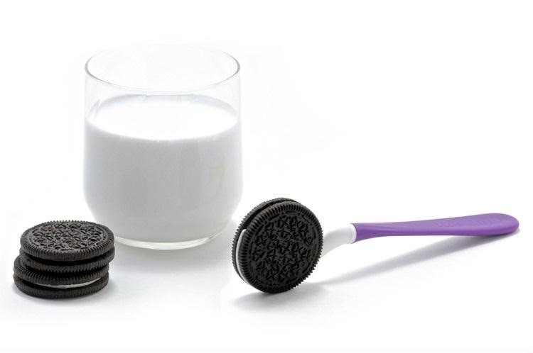 How to Dunk an Oreo Cookie in Milk Without Getting Your Fingers Messy
