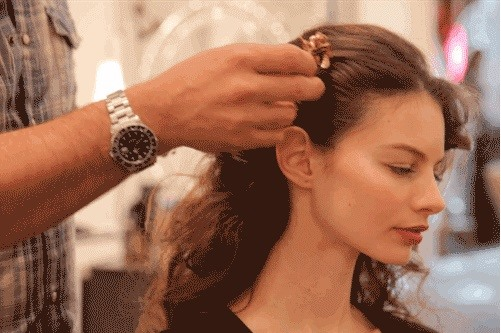 Get The Latest Hairstyle Trends: How Does Keira Knightley Wear a Hair Comb