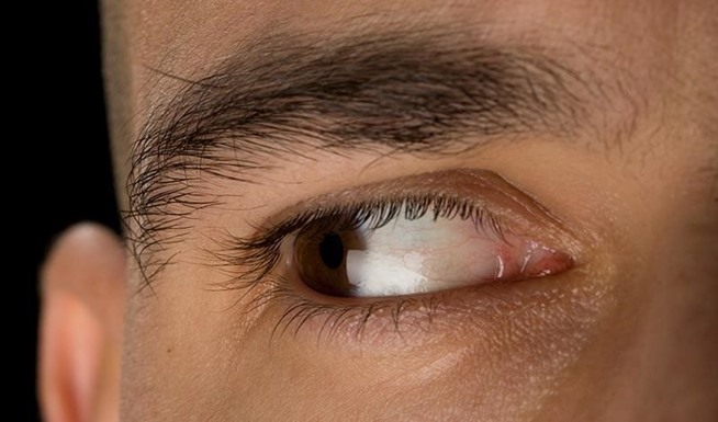 how to tell someone is lying by their eyes