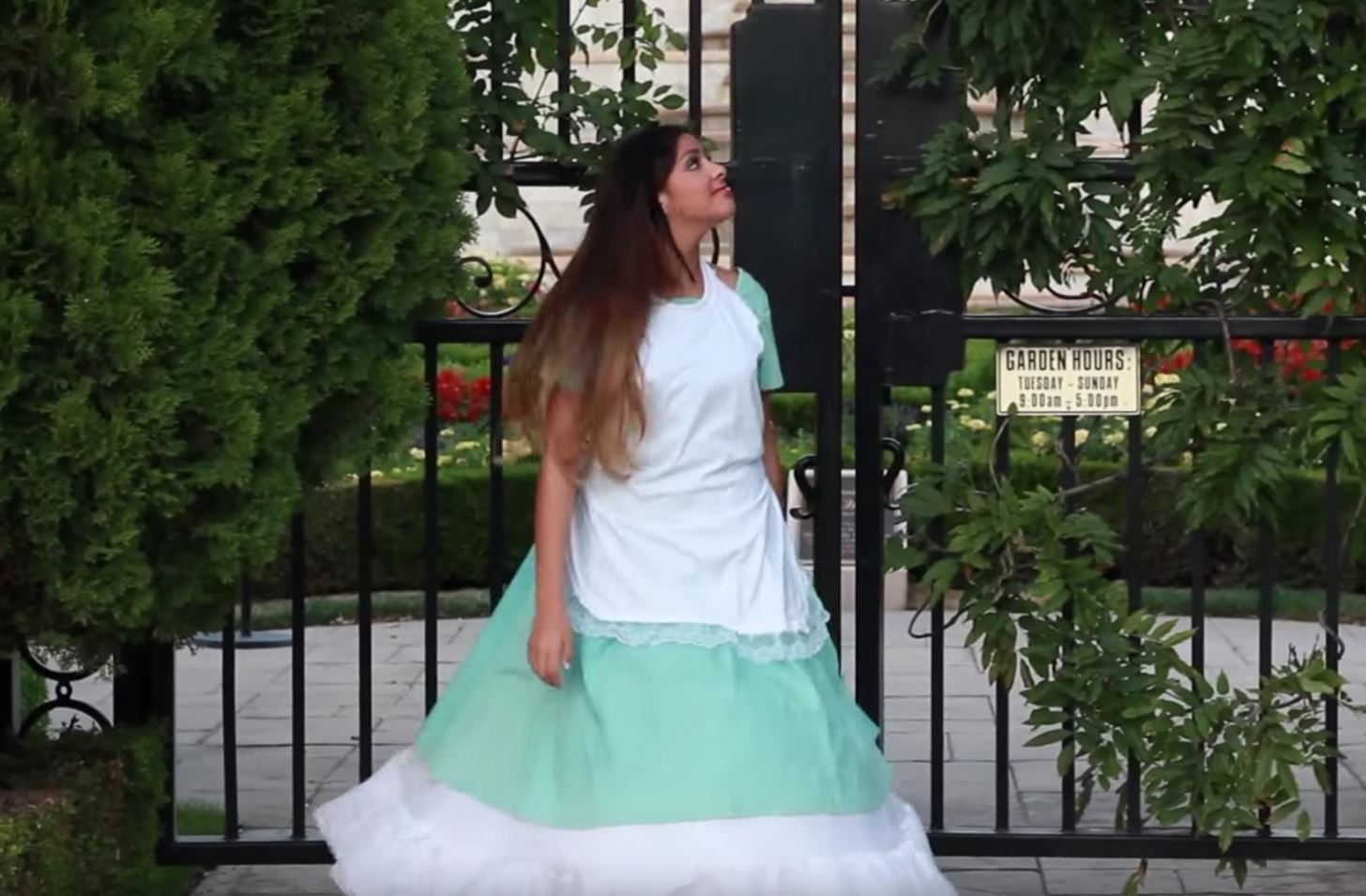 "How to Become an ""Alice in Wonderland"" Character for Halloween"