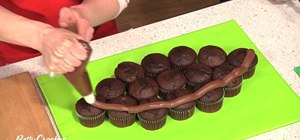 Makea pull-apart football cupcakes