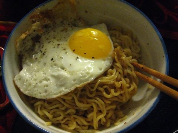 How to make fried ramen noodles with egg