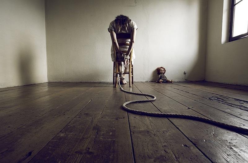 Девушка привязанная к стулу