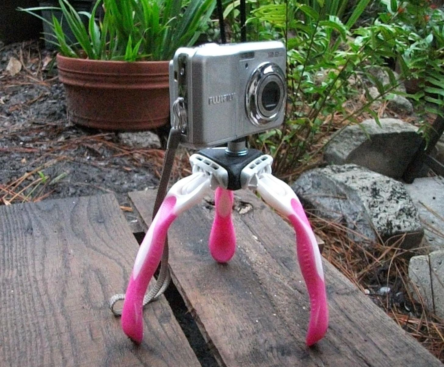 How to Make a Mini DIY Camera Tripod Using Old Disposable Razors