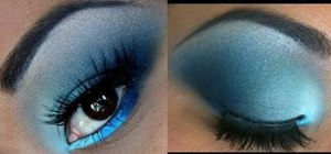 Create a bright and dark blue eyeshadow blend