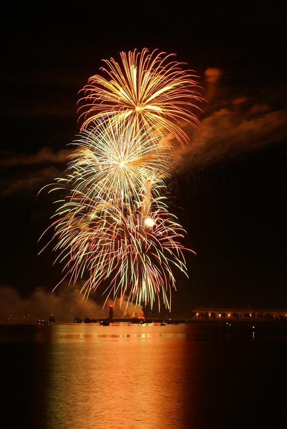 Fireworks Photography Challenge: Fireworks off the Lakefront